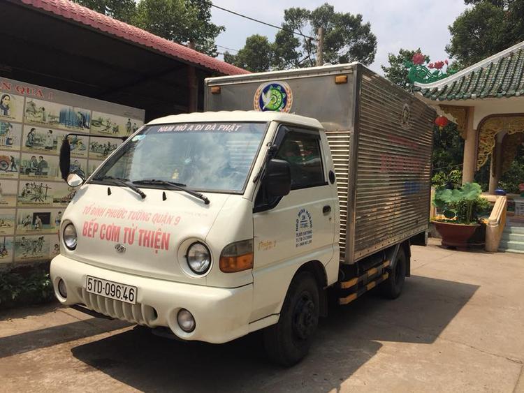 """Chiếc xe của """"bếp cơm từ thiện"""" chùa Phước Tường sẽ đưa những phần ăn miễn phí đến các bệnh viện, trường học, phục vụ cho những ai có hoàn cảnh khó khăn."""