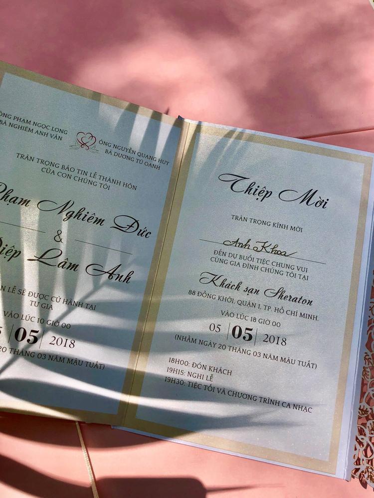 Thiệp cưới của cặp đôi được MC Anh Khoa tiết lộ.