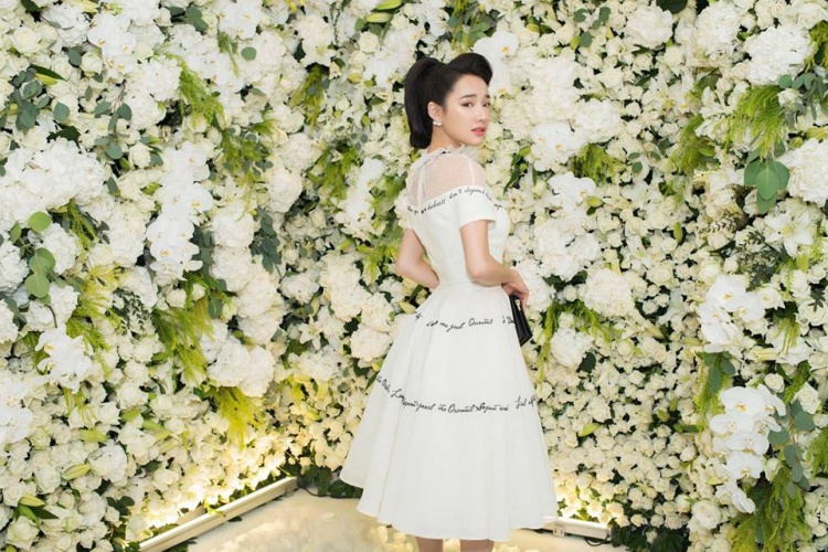 Diện bộ váy trắng tinh khôi,Nhã Phương dễ dàng nổi bật giữa dàn người đẹp khác tại sự kiện.