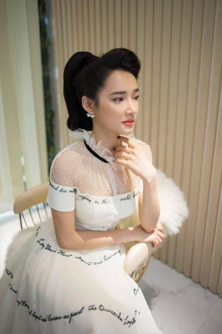 Sau bao sóng gió, người đẹp gốc Đắk Lắk vẫn đủ bản lĩnh vượt qua khiến người hâm mộ phần nào an tâm. Không những vậy, trong một buổi livestream, cô còn tiết lộ những kế hoạch trong thời gian tới.