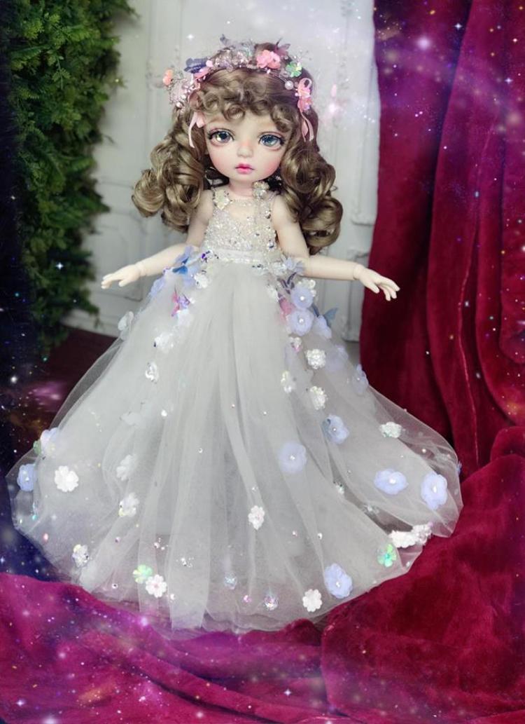 Cô công chúa dịu dàng với mái tóc xoăn vàng mang đậm hơi hướng phương Tây