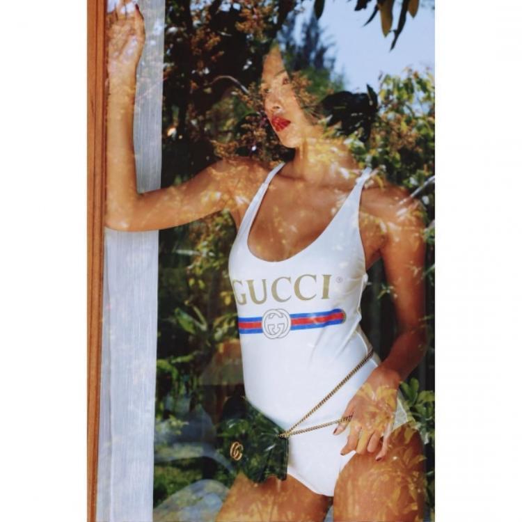 Nếu cảm thấy kiểu đồ của Jolie Nguyễn chưa đủ sang chảnh, các nàng có thể học hỏi Minh Triệu diện mẫu áo tắm Gucci đắt đỏ, phối cùng túi đeo hông cùng nhãn hiệu.