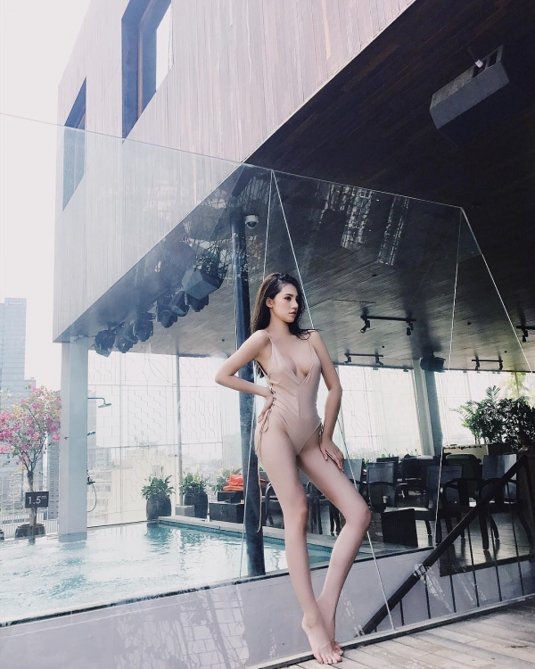Ai bảo áo tắm một mảnh là không thể gợi cảm, Jolie Nguyễn thiêu đốt mắt người nhìn khi thả dáng cùng đồ bơi tông màu nude, phần cổ khoét sâu, xẻ nửa bầu ngực cùng các chi tiết cột dây hai bên sườn khá thú vị.