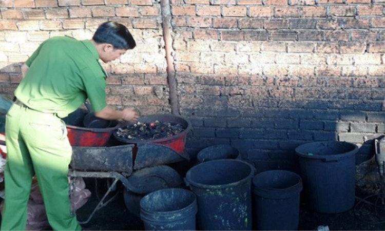 Những thau chậu bẩn được sử dụng để đựng nước pin nhuộm đen cà phê. Ảnh: Người lao động.