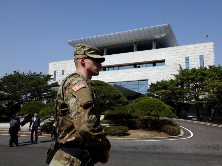 Nhà Hòa Bình gồm 3 tầng được dùng làm phòng hội nghị, nằmở phần làng Bàn Môn Điếm thuộc Hàn Quốc. Tòanhà này được ví như biểu tượng hy vọng trước đây của chính phủ Hàn Quốc trong việc cải thiện quan hệ với Triều Tiên.Nhà Hòa Bình được xây dựng năm 1989 với mục đích là địa điểm tổ chức các cuộc đàm phán liên Triều. Tòa nhà này do Liên Hợp Quốc kiểm soát.