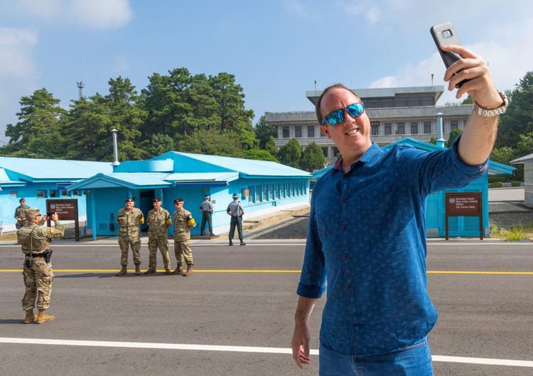 Du khách được chụp hình tại khu vực có đường biên giới giữa hai miền. Bàn Môn Điếm cũng là nơi duy nhất trên thế giới du khách phải ký giấy cam đoan tự bảo đảm an toàn cho mạng sống trước khi đặt chân tới.