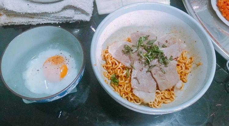 Khi thánh vụng đã trổ tài vào bếp thì món dễ làm nhất như trứng cuộn xúc xích cũng biến thành trận chiến hỗn độn