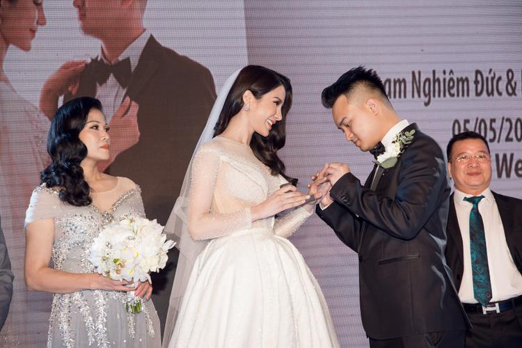 Cặp đôi chính thức trở thành vợ chồng, cùng nhau chia ngọt sẻ bùi trong suốt quãng đường đời còn lại.