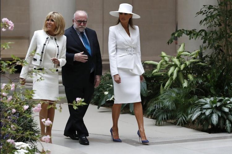 Dù sao thì đây cũng chỉ là một lần chọn đồ và chụp ảnh sai góc của bà mà thôi, bởi vào buổi sáng đón tiếp tổng thống Pháp, Đệ nhất phu nhân Hoa Kỳ đã nhận được vô vàn lời khen bởi cách chọn cả cây vest trắng cùng mũ rộng vành vô cùng thanh lịch.