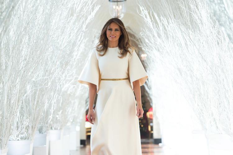 Còn nhớ, vào dịp Giáng Sinh năm 2017, chiếc váy trắng thanh nhã mà Melania diện cũng nhanh chóng gây bão và được nhiều người săn lùng, tìm mua bằng được.