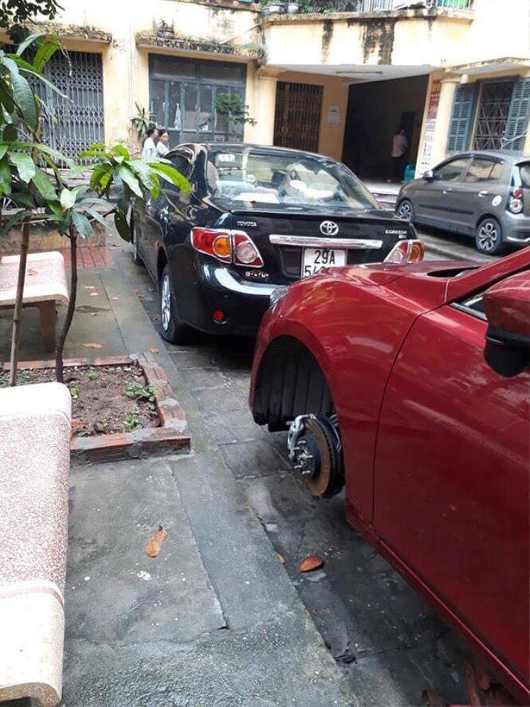 Chiếc ô tô bị kẻ xấu phá hoại phần bánh trước.