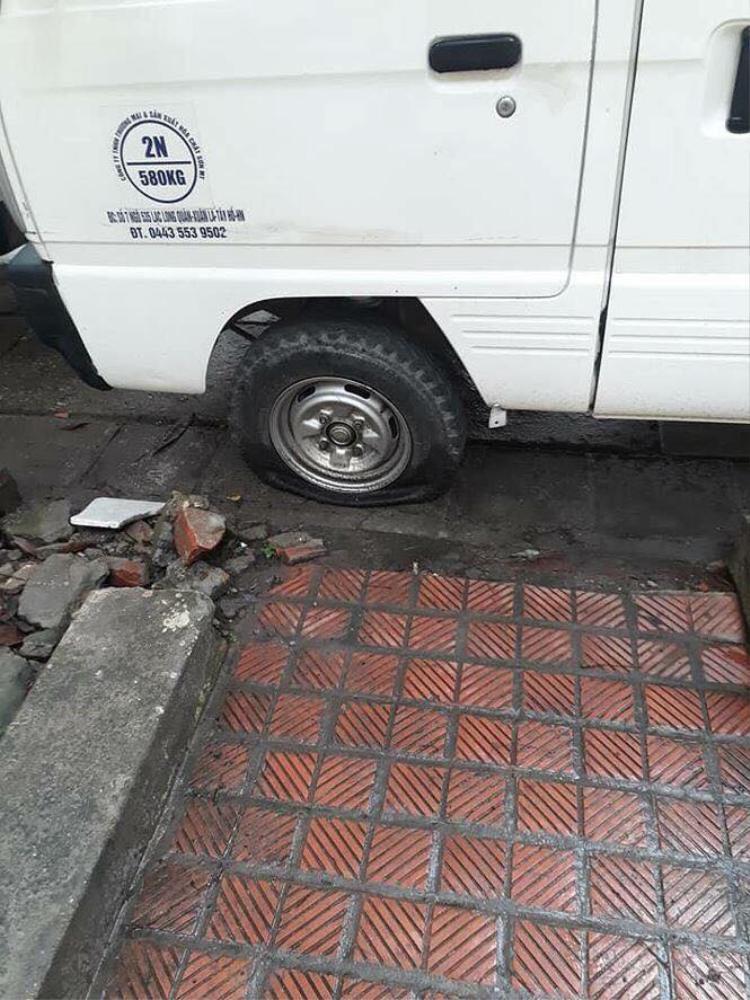 Một ô tô khác bị rạch lốp.