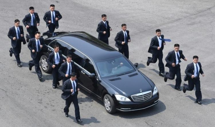 Đội mật vụ chạy theo xe chở nhà lãnh đạo Kim Jong-un.
