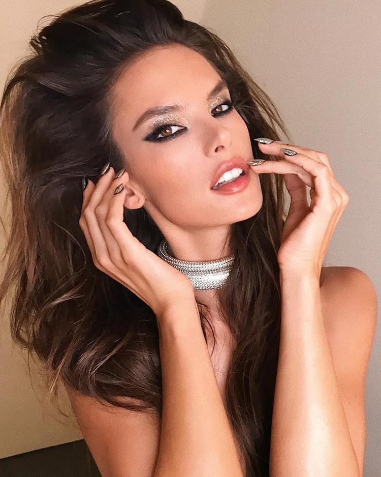 Thiên thần sáng giá nhiều năm của nhà Victoria Secret - Alessandra Ambrosio.