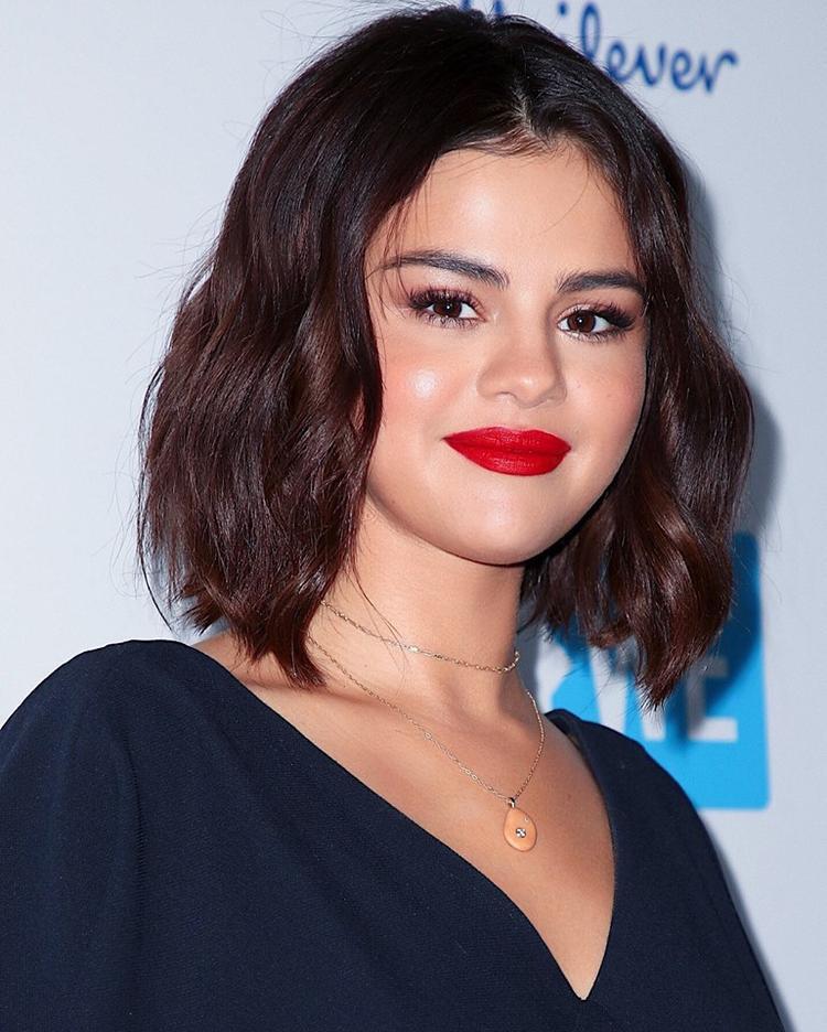Một phiên bản khác của Selena Gomez với môi son đỏ tươi đúng chuẩn trend hè 2018 dưới bàn tay của Hung Vanngo.