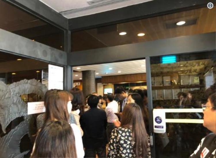 Một người đàn ông 42 tuổi tên Park cho hay, anh và hai đồng nghiệp khác bất ngờ quyết định đi ăn mì lạnh Bình Nhưỡng sau khi họ xem buổi tường thuật trực tiếp hội nghị thượng đỉnh cấp cao Hàn - Triều ở văn phòng. Ảnh: Twitter