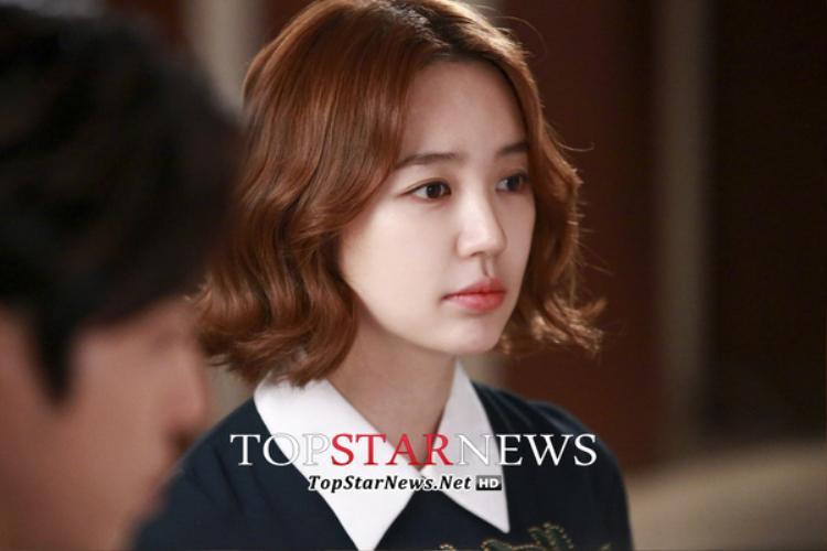"""Bị tẩy chay, người đẹp đành tạm dừng mọi hoạt động nghệ thuật suốt 5 năm qua, cho đến tháng 4 năm 2018, báo chí xứ Kim Chi đưa tin Yoon Eun Hye có khả năng trở lại màn ảnh nhỏ qua bộ phim""""Love Watch""""."""