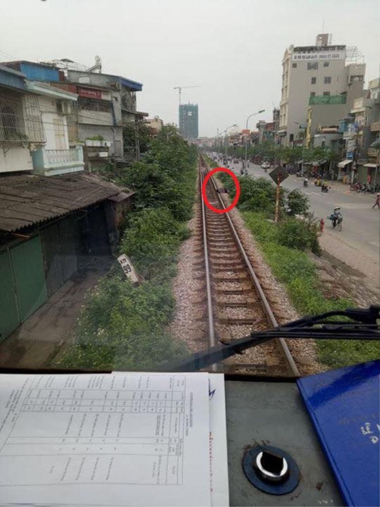 Thanh niên điếc không sợ súng, vô tư gối đầu ngủ trên đường ray xe lửa, còi tàu inh ỏi vẫn không thể tỉnh giấc