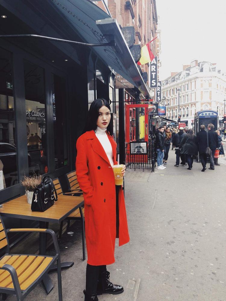"""Cô còn khẳng định, tại thị trường nước ngoài, người mẫu Việt Nam rất đẹp, thậm chí không hề kém cạnh các chân dài xứ bạn, tuy nhiên sự ưu ái ít khi được dành cho mẫu Việt bởi: """" Ai cũng biết thị trường thời trang Việt Nam còn khá non trẻ so với nhiều nước khác trong khu vực Châu Á và số lượng người mẫu Việt hoạt động ở nước ngoài cũng hạn chế. Trong khi đó, thị trường Trung Quốc và Hàn Quốc quá rộng lớn và là nơi rất nhiều nhãn hàng thời trang quốc tế rót vốn đầu tư, chính điều này cũng gây nên không ít khó khăn cho mẫu Việt hoạt động ở thị trường nước ngoài và tất nhiên bạn không thể thay đổi sự thật đó""""."""