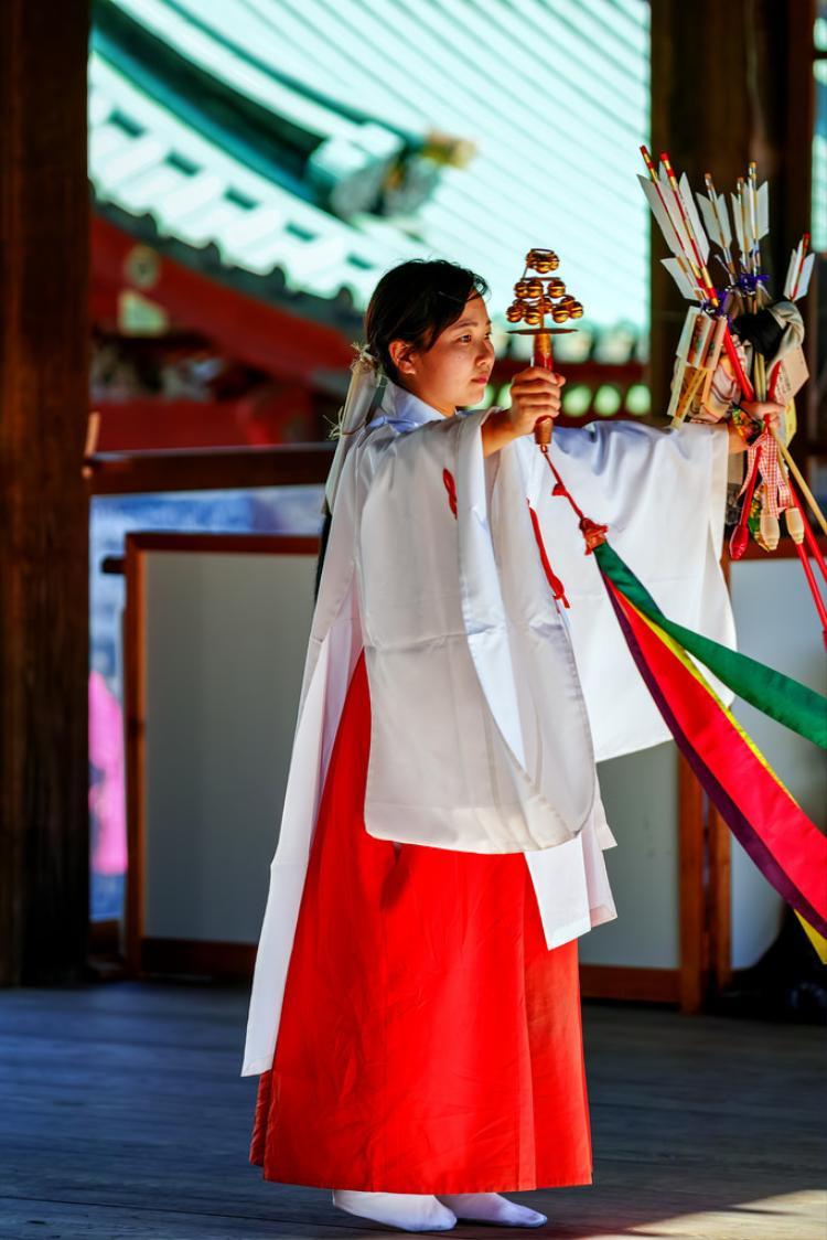 Trang phục truyền thống của các Vu nữ .