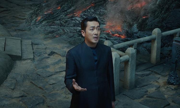 """Trong tác phẩm điện ảnh """"Along With the Gods: The Two Worlds"""" từng làm mưa làm gió trong năm 2017, """"Ông hoàng phòng vé"""" Ha Jung Woo vào vai Thần chết lạnh lùng nhưng có một trái tim ấm áp."""