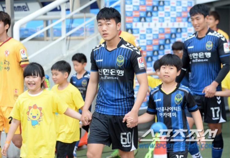 Với hợp đồng 2 năm ở Incheon United F.C (Hàn Quốc), Xuân Trường đã trở thành cầu thủ Việt Nam đầu tiên thi đấu ở K-League.