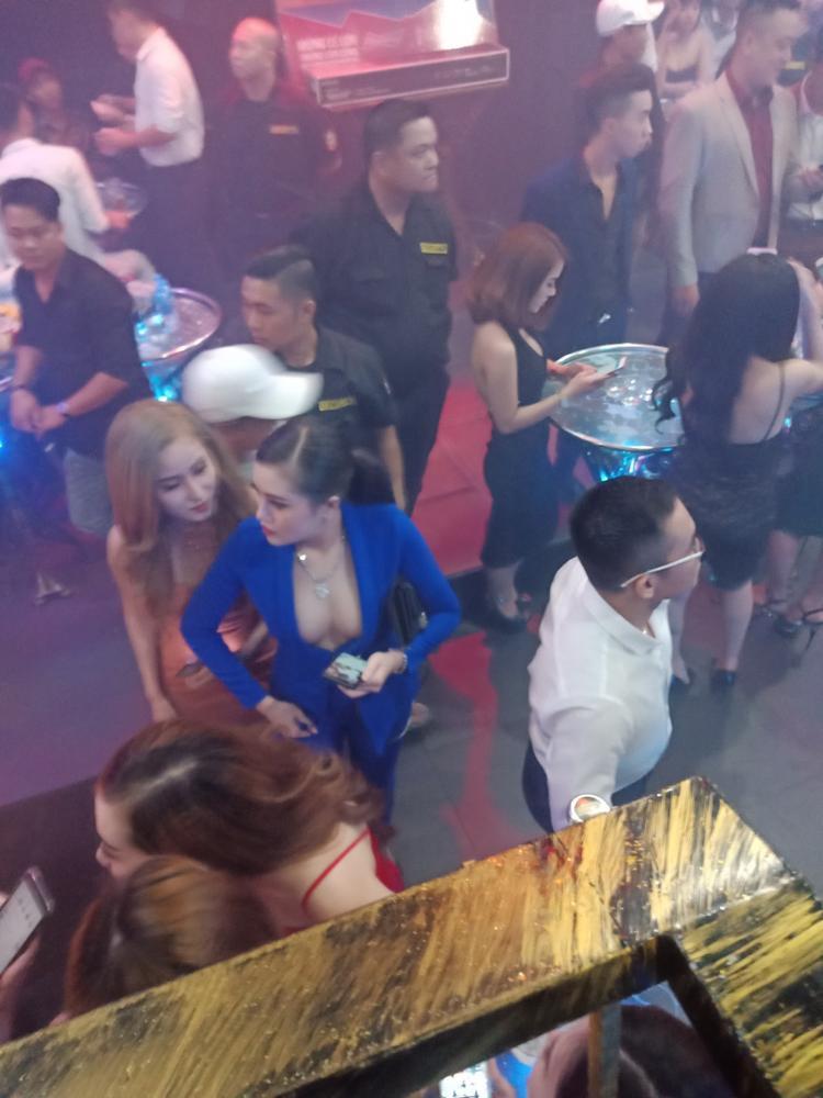 """Nhiều cô gái ăn mặc thiếu vải """"bay"""" trong quán bar."""