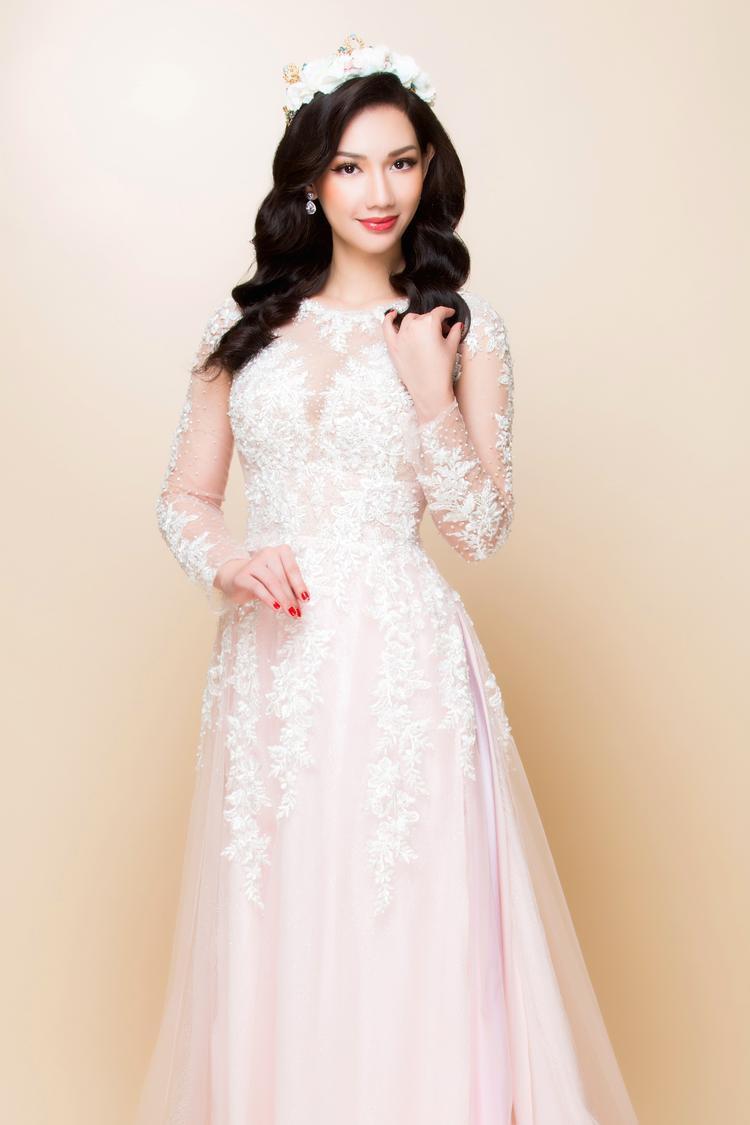 Xu hướng áo dài lấy cảm hứng từ váy cưới vẫn chiếm được cảm tình của nhiều cô dâu. Những mẫu áo này nổi bật với chất liệu mỏng, nhẹ, thường có 4-8 tà và tà sau rộng, dài thướt tha .