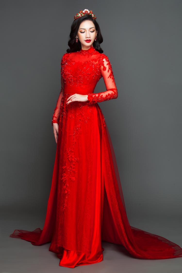 Với tông màu đỏ nổi bật, NTK đưa ra lời khuyên cho các cô dâu chỉ nên tạo những kiểu tóc đơn giản, như xõa…
