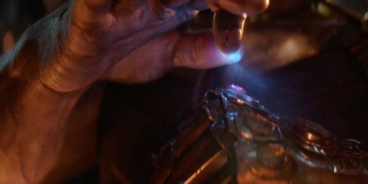 Viên đá Sức mạnh màu tím đã chễm chệ trên găng tay khi Viên đá Không gian được thêm vào.