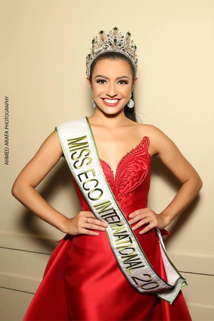 Cynthia Thomalla năm nay 23 tuổi, trước khi tham gia đấu trường nhan sắc quốc tế, cô từng tham gia Miss World Philippines 2017 và đạt thành tích Á hậu. Với vị trí này cô được quyền đại diện Philippines tham gia Miss Eco International 2018.