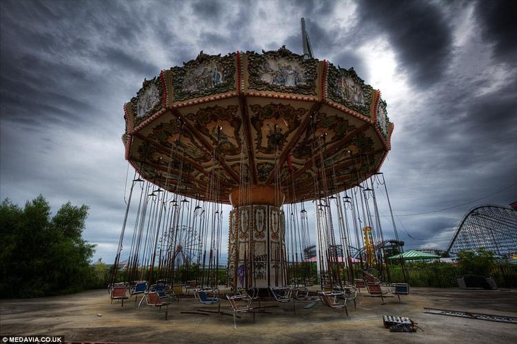"""Khu vui chơi giải trí Six Flags, thành phố News Orleans ở bang Louisiana chìm trong nước lũ và đóng cửa sau khi siêu bão Katrina đổ bộ vào bờ biển phía nam nước Mỹ năm 2005. Công viên rộng khoảng 560.000 m2 mở cửa lần cuối cùng vào ngày 21/8/2005. Những người tới tham quan nơi đây nhận xét: """"Sự im ắng, âm u tạo cho con người sự ám ảnh kỳ quái, khác biệt hoàn toàn với cảnh nhộn nhịp, ồn ào ở những khu vui chơi""""."""