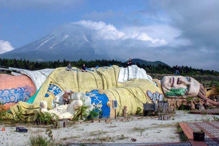 """Công viên giải trí Gulliver's Kingdom được mở cửa vào năm 1997 ở gần khu rừng Aokigahara phía Tây Bắc núi Phú Sĩ (Nhật Bản) với ý tưởng dựa theo cuốn tiểu thuyết Gulliver du ký. Thế nhưng công viên này buộc phải đóng cửa sau 4 năm hoạt động vì lượng khách tham quan thưa thớt, lại kề cận """"khu rừng tự sát"""" rùng rợn nổi tiếng ở Nhật Bản và trụ sở cũ của giáo phái khủng bố Aum Shinrikyo. Công viên Gulliver's Kingdom dần trở nên hoang tàn, lạnh lẽo và đã bị phá hủy vào năm 2007."""