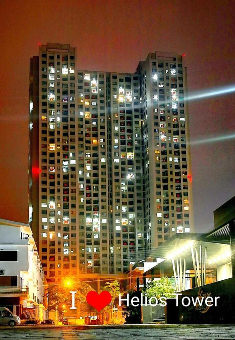Hình ảnh chung cư về đêm, màu quốc kỳ thêm phần sáng chói bởi được chiếu sáng.