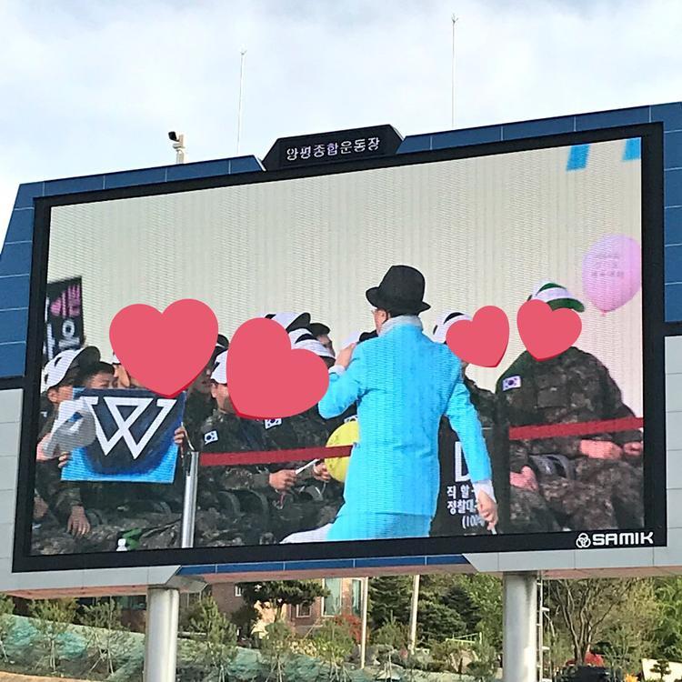 Dàn fanboy chuẩn bị bảng tên, bảng cổ vũ chu đáo chẳng kém fangirl.