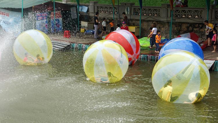Trẻ em vẫn hào hứng chơi bóng nước.