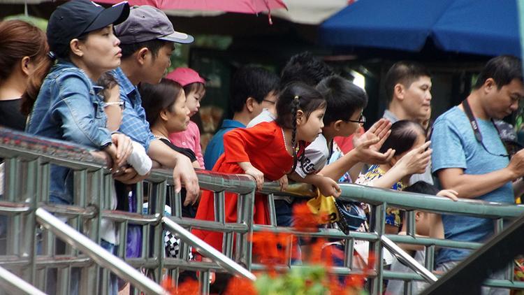 Dù trời mưa, các điểm vui chơi cho trẻ em vẫn đông nghịt dịp nghỉ lễ