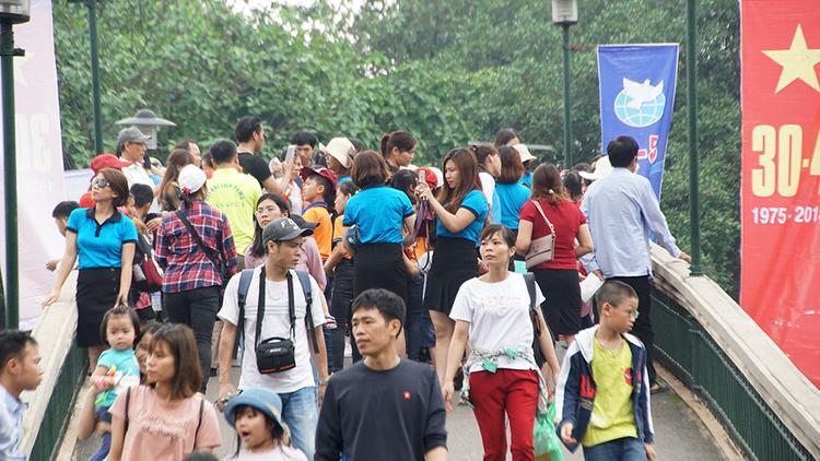 Mọi người vẫn thả dáng trên câu cầu hàng trăm người đi qua một lúc để chụp ảnh.