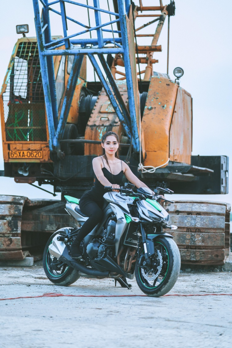Kim Nguyên - một trong những cô gái xinh đẹp nhất hội mô tô Cần Thơ.