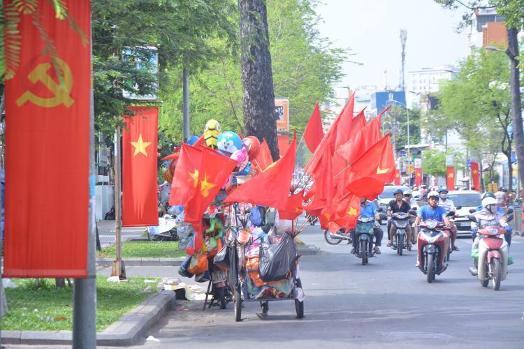 Vào dịp này, nhiều người dân cũng tổ chức bán cờ ngay trên đường phố.