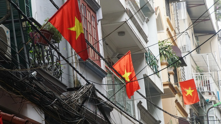Nhà nhà treo cờ Tổ quốc để nhắc nhở mình về lịch sử đấu tranh và gìn giữ đất nước .