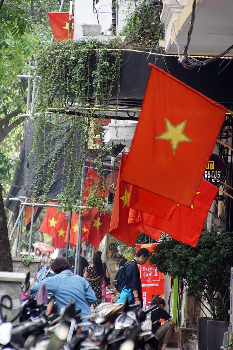Từ phố lớn đến ngõ nhỏ, đâu đâu cũng thấy hình ảnh cờ đỏ sao vàng tung bay.