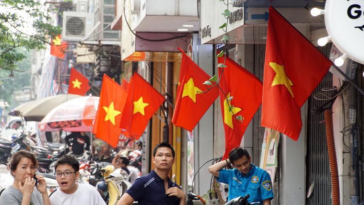 Hòa chung không khí hào hùng của cả dân tộc trong Đại lễ 30/4, người dân thủ đô Hà Nội treo cờ hưởng ứng.