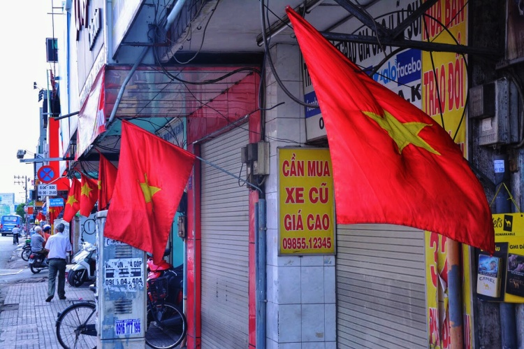 Quốc kỳ màu đỏ sao vàng được treo đồng loạt khắp các tuyến phố lớn.