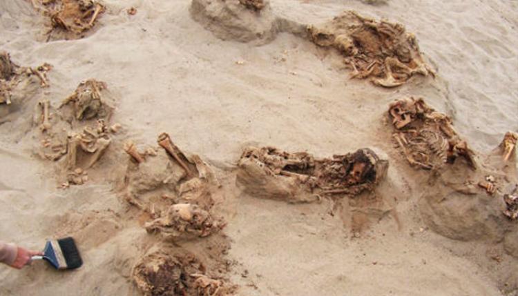Thi thể những đứa trẻ nằm trong các hố cát ở Peru. Ảnh: National Geographic