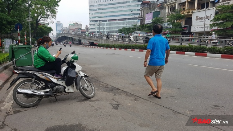 Hà Nội lác đác vài bóng người, trong khi đó bình thường tuyến đường Tây Sơn này luôn trong tình trạng tắc nghẽn.