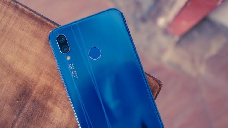Huawei Nova 3e: Huawei có vẻ là một nhà sản xuất khá chăm chỉ trong việc thử nghiệm những màu máy mới, phá cách. Chiếc Huawei Nova 3e của hãng này cũng có một phiên bản màu xanh nước biển rất ấn tượng cùng thân máy với sự kết hợp giữa khung kim loại và kính cường lực. So với phiên bản màu đen, phiên bản màu máy xanh nước biển này ít thấy vết mồ hôi, dấu vân tay bám dính hơn.