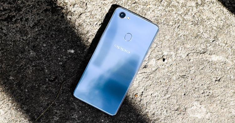 OPPO F7 Bạc: Smartphone mới của OPPO là OPPO F7 có một phiên bản màu bạc khá đẹp mắt mà hãng này gọi là bạc ánh trăng. Không phải màu sắc phá cách thực sự như những chiếc máy đã nhắc tới bên trên tuy nhiên màu bạc trên OPPO F7 cũng khá thú vị khi mang lại hiệu ứng phản chiếu mờ và thậm chí ánh xanh ở một số góc nhìn. Một điểm trừ cho chiếc OPPO F7 nằm ở việc mặt lưng này cấu thành từ nhựa, chất liệu không mang lại cảm giác sang trọng như kính.