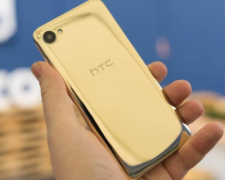 """HTC Desire 12/ 12+ Royal Gold: Trong khi hầu hết các nhà sản xuất đều chọn những màu vàng với tông khá nhạt trên những chiếc smartphone của mình thì HTC lại """"chơi trội"""" khi chọn một màu vàng khá đậm nét cho chiếc HTC Desire 12/ 12+. Màu vàng này mang lại một cảm giác khá sang trọng, có lẽ vì lý do nói trên mà nó lại được gọi là vàng """"hoàng gia""""."""