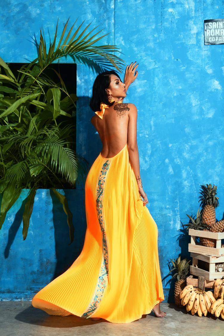 Bức tranh Havana với những mảng màu tươi rói đến từ những ngôi nhà trên phố, càng như nóng bỏng hơn dưới ánh nắng vàng rực của mặt trời.Bức tranh ấy còn vô cùng sống động bởi văn hóa, con người, phong cách sống Mỹ La Tinh luôn sôi sục, khát khao không thể trộn lẫn.